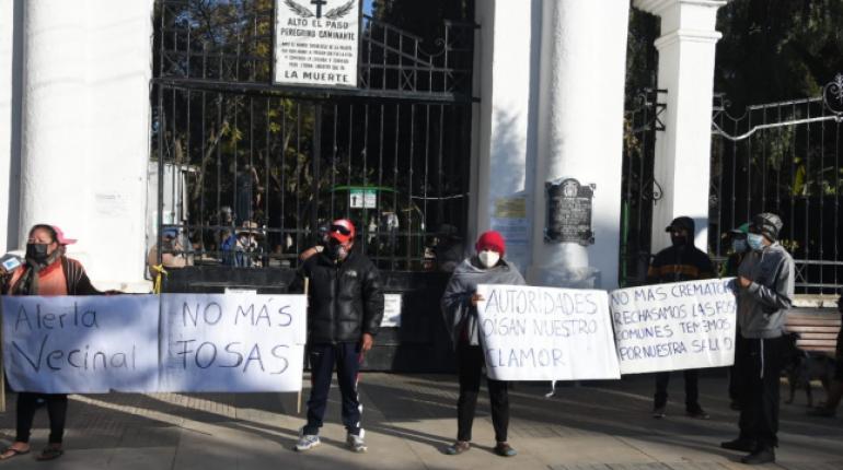 Vecinos bloquean el cementerio de Cochabamba en rechazo a las cremaciones