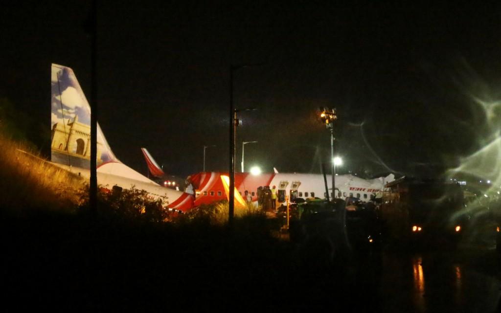 Avión de Air India Express se parte en dos durante su aterrizaje y deja 2 muertos y 35 heridos