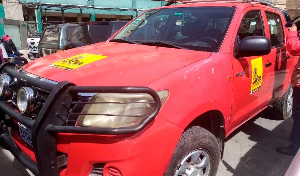 Detienen a dos funcionarios en estado de ebriedad que se encontraban al interior de un vehículo de la Alcaldía