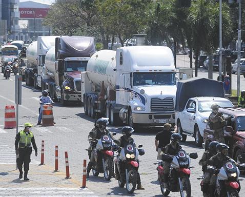 Gobierno envía caravana de cisternas de oxígeno hacia La Paz