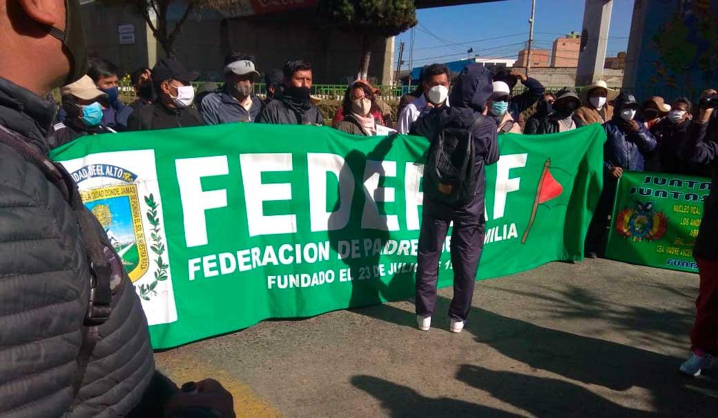 Padres de familia de El Alto realizan protestas para exigir el reinicio de clases presenciales con medidas de bioseguridad