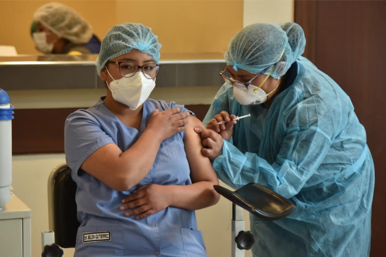 En medio del paro médico, el Gobierno cierra alianzas para la vacunación masiva