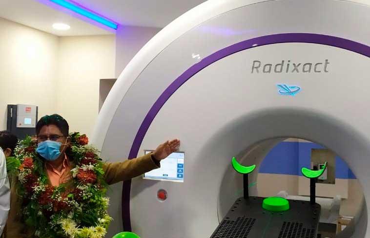Patzi hace la entrega del acelerador lineal para el tratamiento de personas con cáncer