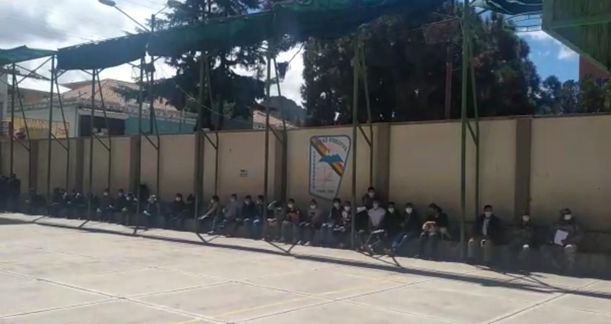 Ausencia de jurados provoca largas filas en recintos electorales
