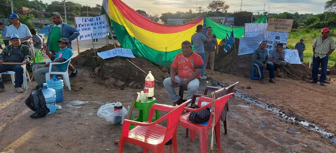 Militantes del MAS inician bloqueo en San Ramón para exigir respeto a la votación del 7 de marzo