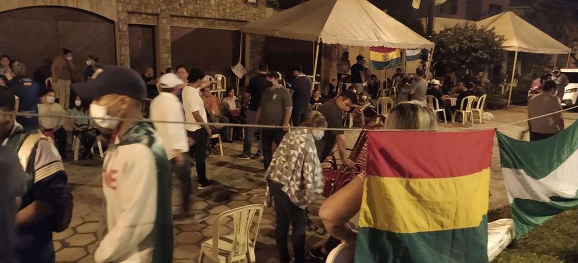 Organizan vigilias afuera de las viviendas de los Camacho para evitar que sean detenidos por el caso del supuesto golpe de Estado