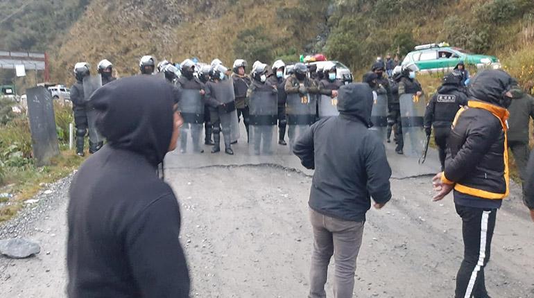 Suspenden viajes a Los Yungas debido a que continúan los bloqueos de Adepcoca