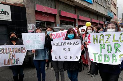 Mujeres realizan marchas en el centro de La Paz por la equidad de género