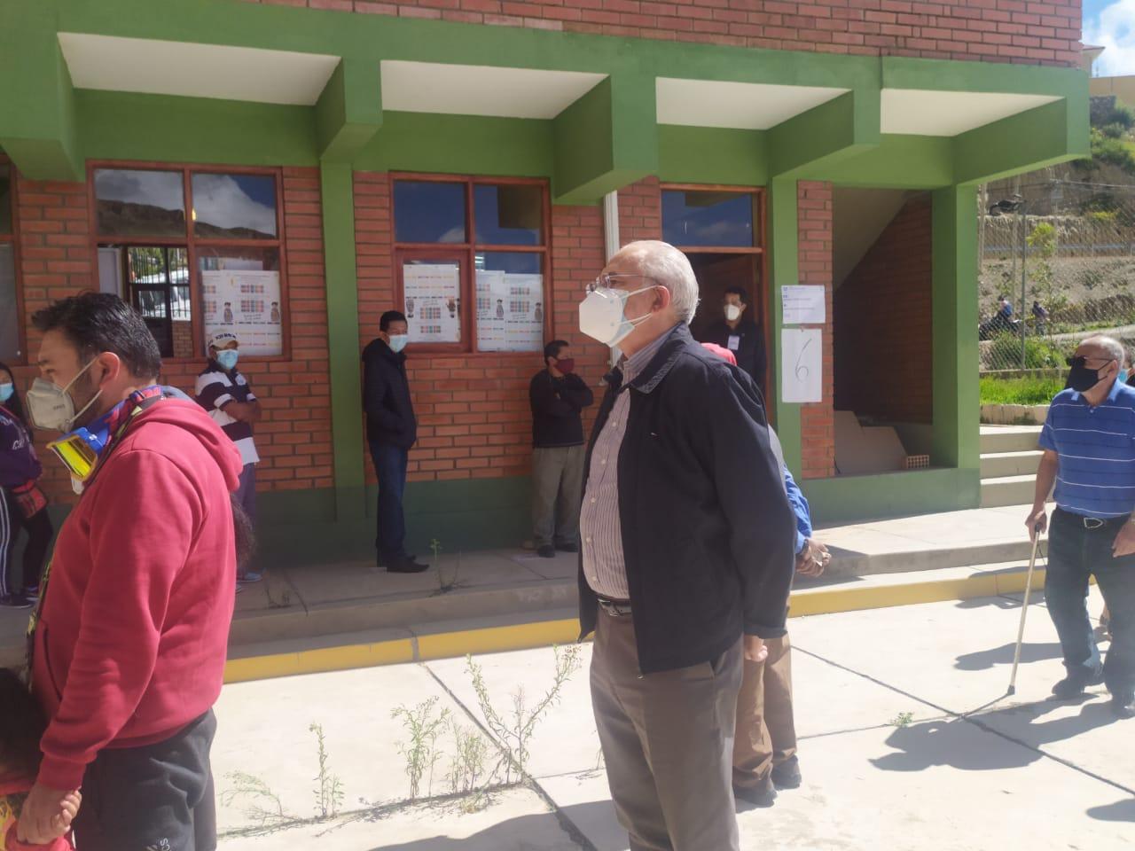 Carlos Mesa emite su voto y espera flexibilidad en el cierre de mesas
