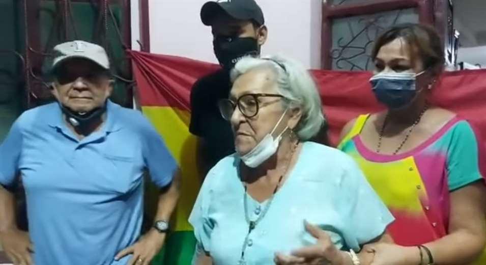 Pobladores de Rurrenabaque montan vigilia en las afueras de la casa de la madre del exministro Yerko Núñez