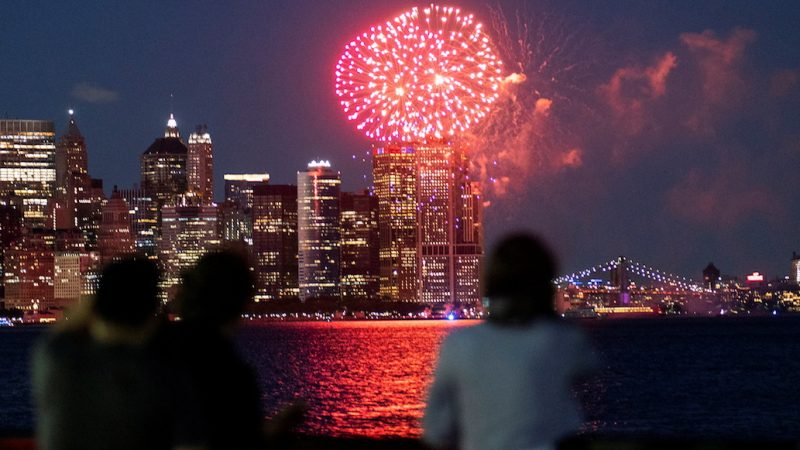 Nueva York celebra con fuegos artificiales el levantamiento de las restricciones por el COVID-19