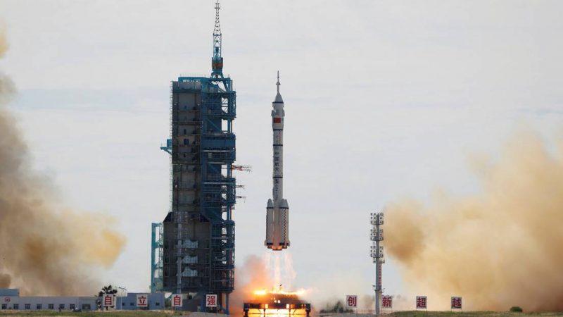 China lanza una nave espacial tripulada para la construcción de su propia estación espacial