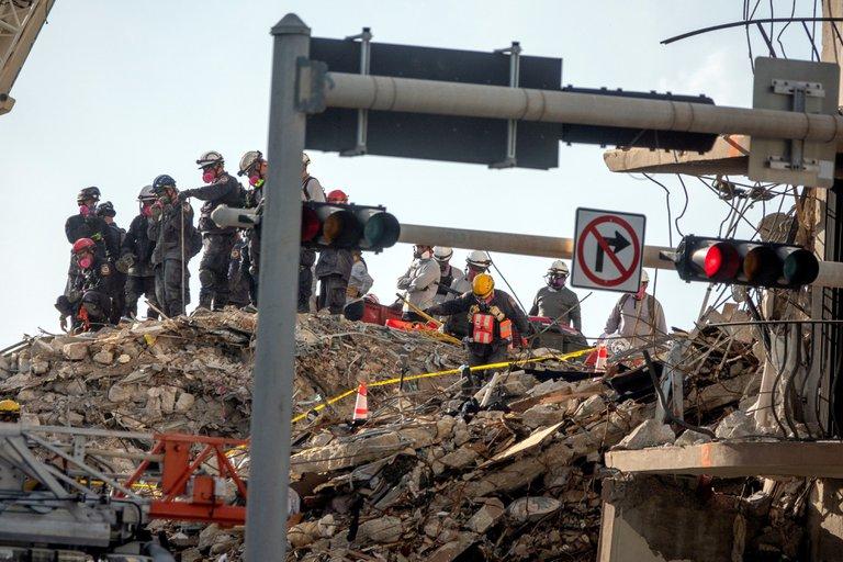 Confirman 10 muertos y 151 desaparecidos por el derrumbe de un edificio en Miami