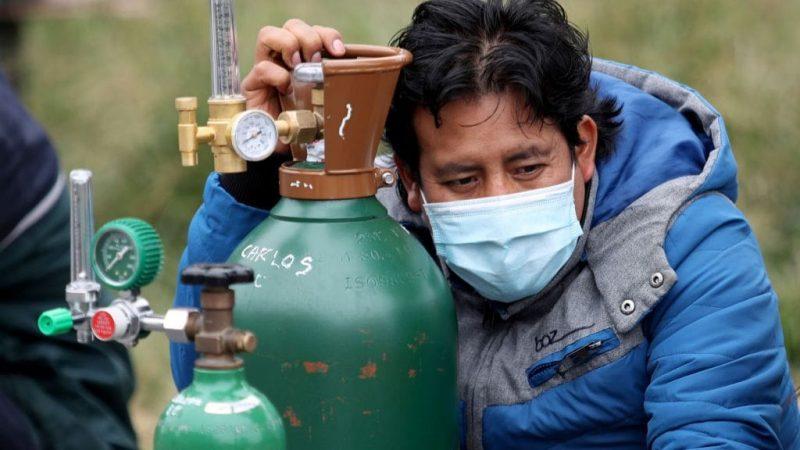 Tarijeños viajan 200 km para conseguir un botellón de oxígeno que dura tres horas