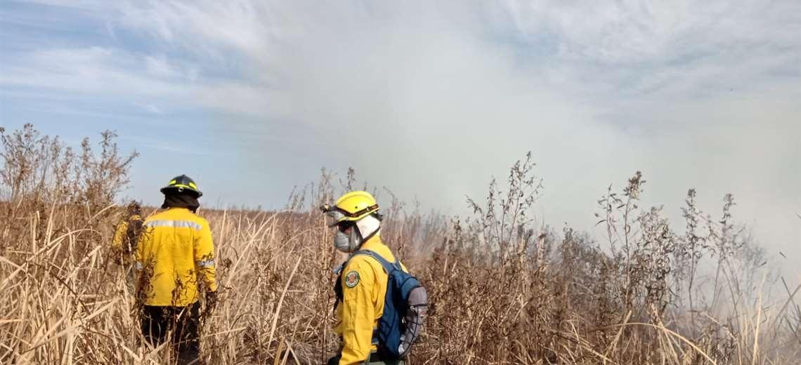 Bomberos controlan el incendio en San Matías y prevén que tardarán varios días para extinguir el fuego