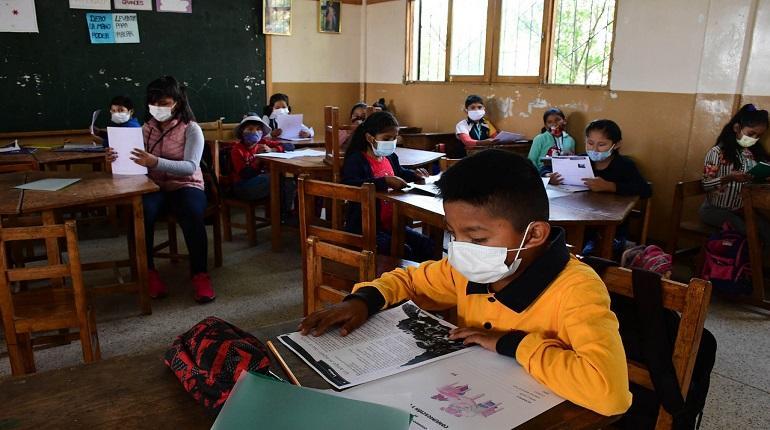 Padres obligan a los maestros a pasar clases presenciales en Totora