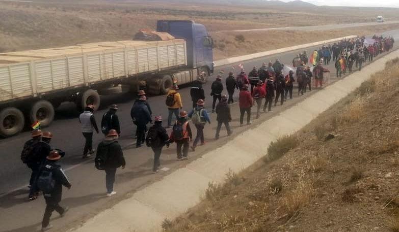 Más de 200 mineros de Andacaba marchan hacia La Paz en busca de nacionalización