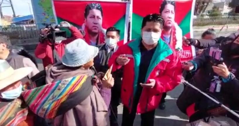 Leopoldo Chui dona parte de sueldo a personas en situación de calle en la ciudad de El Alto