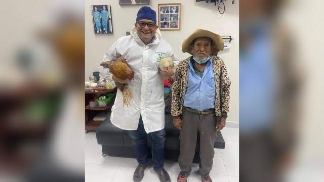 """Doctor que recibió dos gallinas como pago por una operación: """"me hizo recuerdo a mi padre y me conmovió"""""""