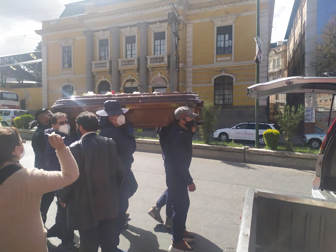 Realizan una ceremonia y el posterior entierro del difunto pastor Henry Alarcón