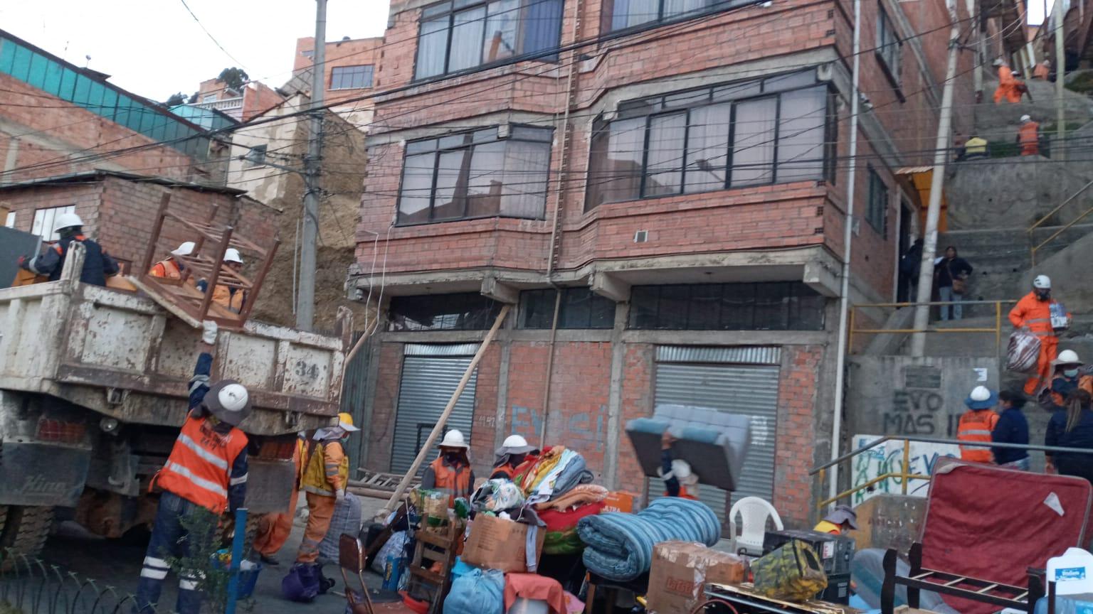 Evacúan a alrededor de 14 familias en Villa Las Nieves por riesgo de derrumbe