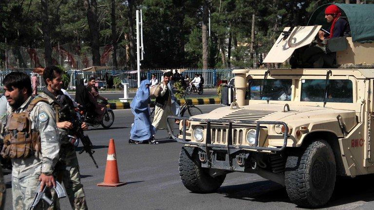 Talibanes ocupan la décima capital afgana y aumenta el riesgo de que tomen el poder en 90 días