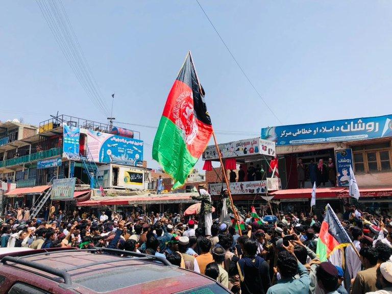 Talibanes mataron a tres manifestantes durante las protestas para mantener la bandera de Afganistán