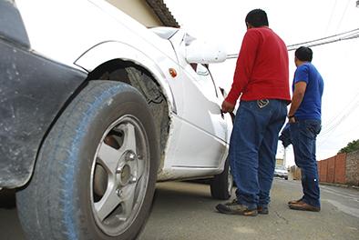 Cuatro antisociales roban un taxi en Sucre y dejan al conductor con cuatro días de impedimento