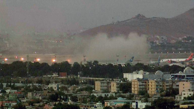 Dos explosiones en las afueras del aeropuerto de Kabul dejan más de 70 heridos