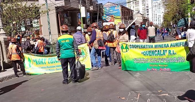 Mineros realizan bloqueos en el centro paceño, demandan atención del Gobierno