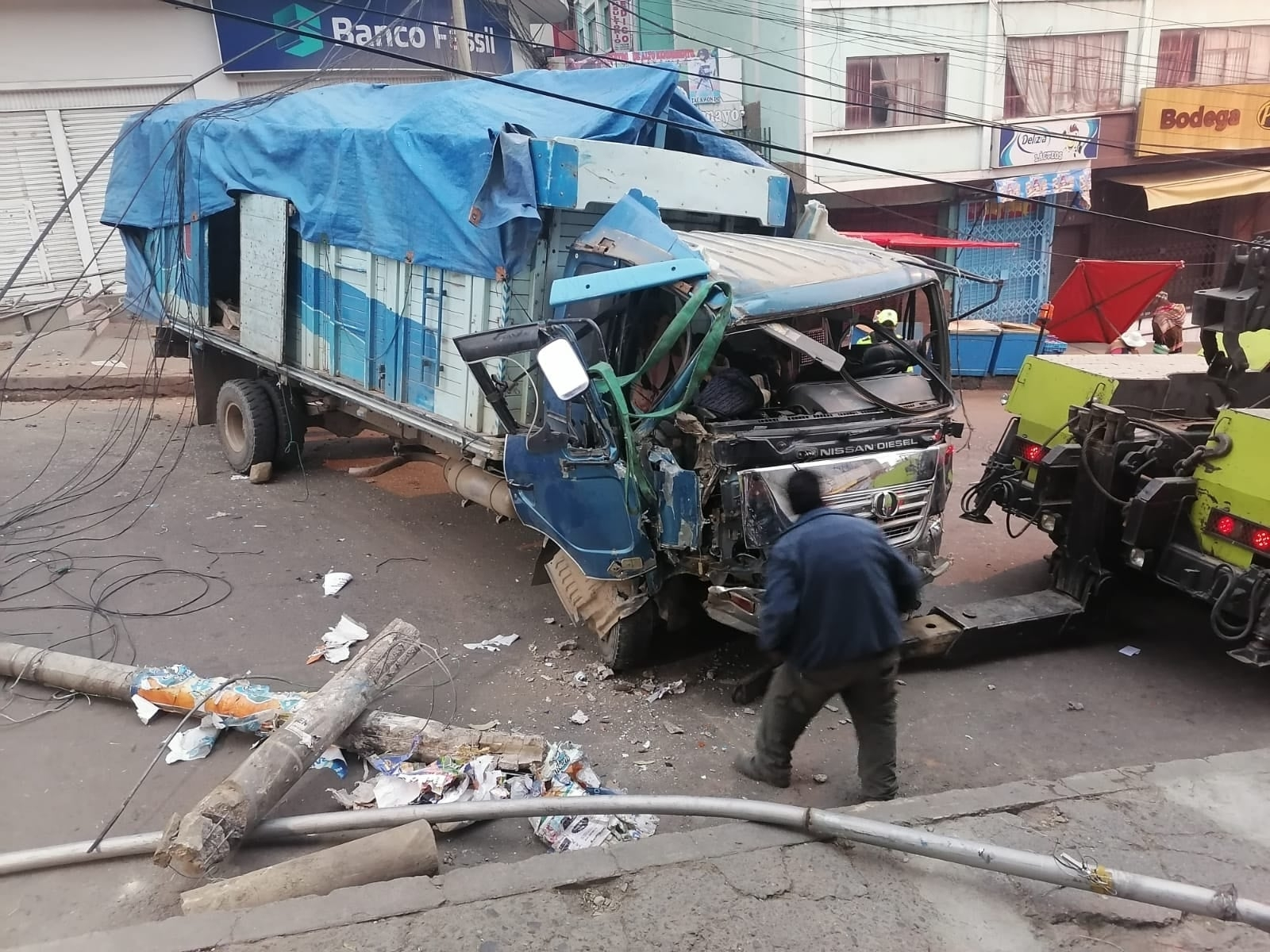 Vehículo colisiona contra cinco postes de luz en Max Paredes