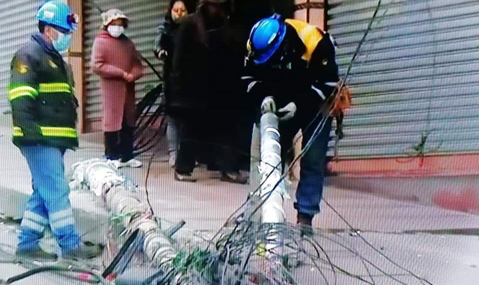 Alcaldía exigirá devolución de gastos al conductor que derribó postes de alumbrado público