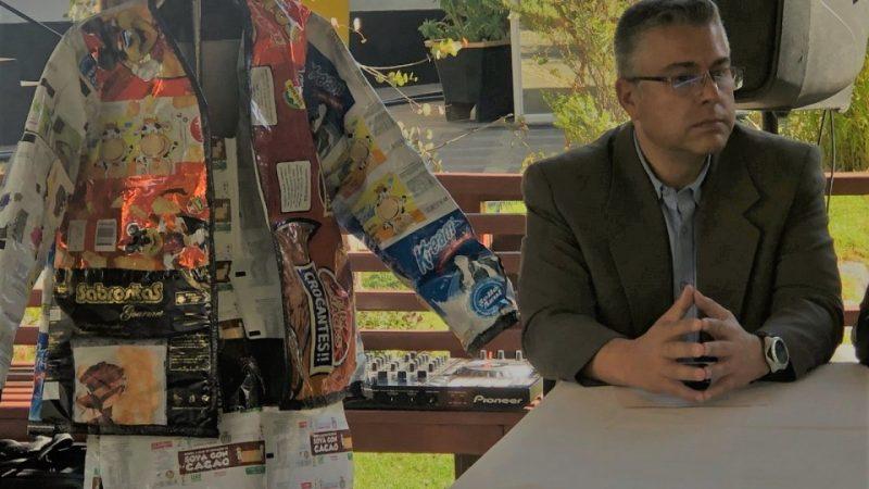 Traje reciclado de Iván Arias será subastado para recaudar recursos para guardabosques y bomberos