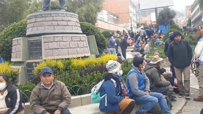 Seguidores de Armin Lluta instalan vigilia en Villa Fátima y piden buscar al dirigente