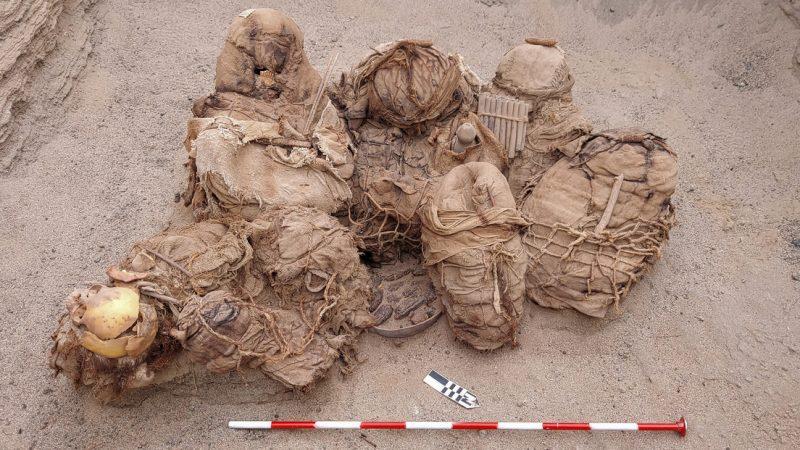 Hallan una tumba común de 800 años con los restos de ocho personas en Perú