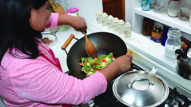 Arce promulga decreto para que las trabajadoras del hogar puedan afiliarse a la CNS
