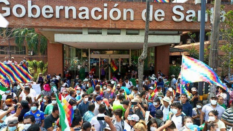 """Gobernación de Santa Cruz retira las whipalas colocadas en su edificio y califica de """"asalto"""" las acciones de afines al MAS"""