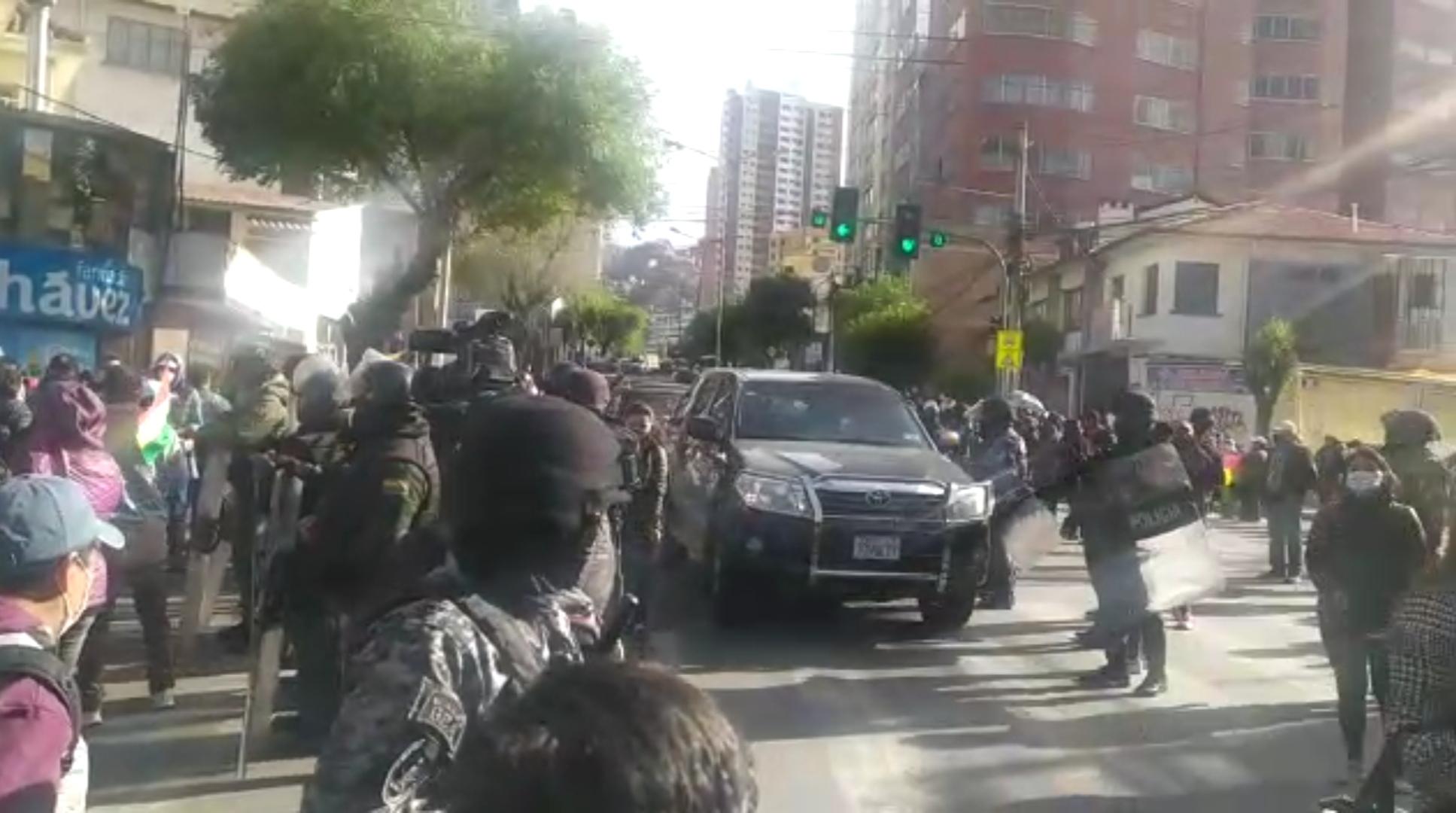 Policía se despliega para intervenir los bloqueos instalados por el paro nacional
