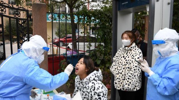 China confina una ciudad de 4 millones de habitantes por un brote de COVID-19