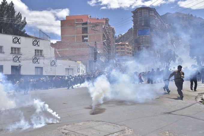 Cocaleros logran tomar la sede de Adepcoca tras enfrentarse contra la Policía