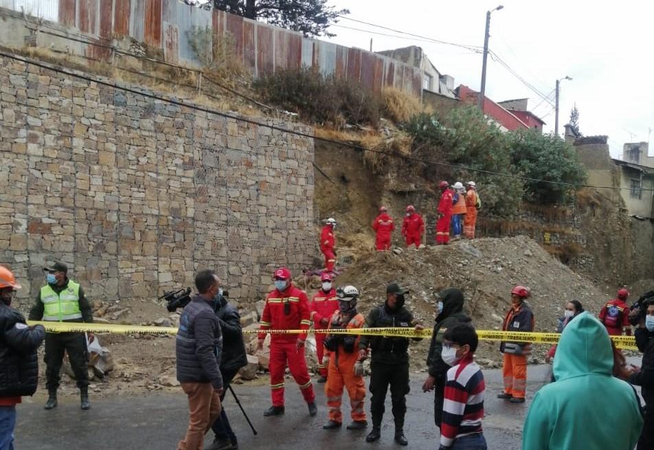 Derrumbe de talud en la avenida Quintanilla Suazo en La Paz deja un fallecido y cuatro heridos